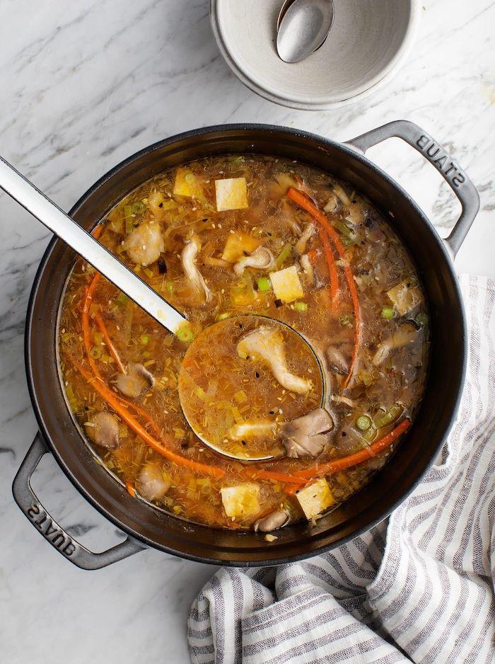 sopa vegetariana con hongos, ideas de cenas rápidas y fáciles, platos ligeros y saludables para una cena en casa