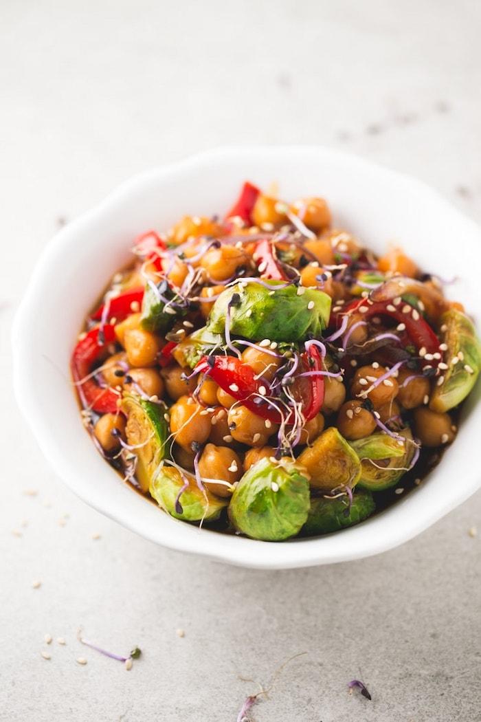 ideas de cenas ligeras con garbanzos, garbanzos cocidos, col de bruselas, pimiento rojo, semillas de sesamo