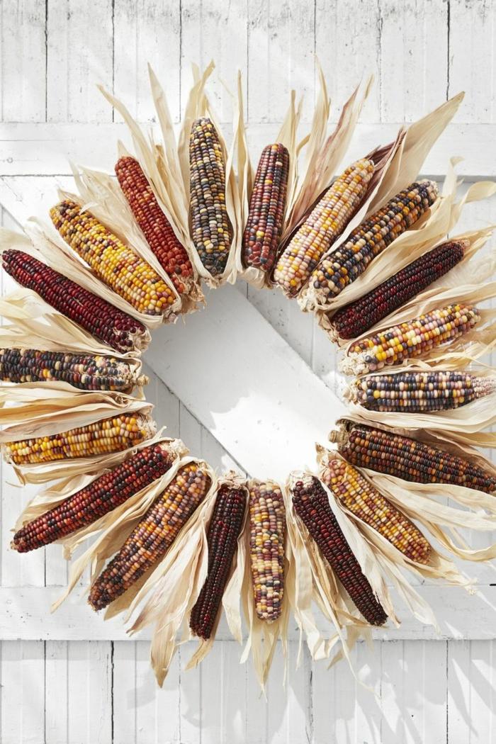 puertas decoradas en otoño, corona de mazorcas de maiz para decorar la puerta, manualidades otoño