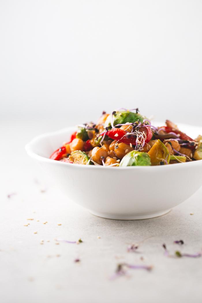 ensaladas saludables con garbanzos, cenas ligerasy fáciles de hacer, ensaladas nutritivas y fáciles de hacer
