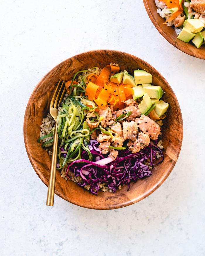 ensalada con pollo, verduras y aguacate, cenas ligeras y fáciles de preparar, recetas con aguacate sencillas y rápidas