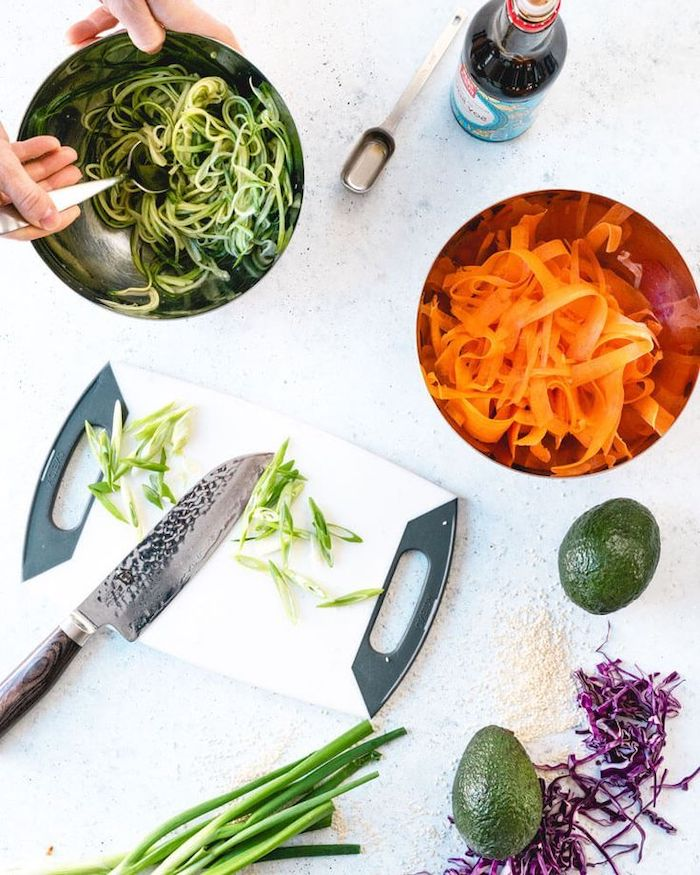 zanahorias y pepinos rallados, aguacate, col rizada, ensaladas nutritivas llenas de vitamines, cenas ligeras