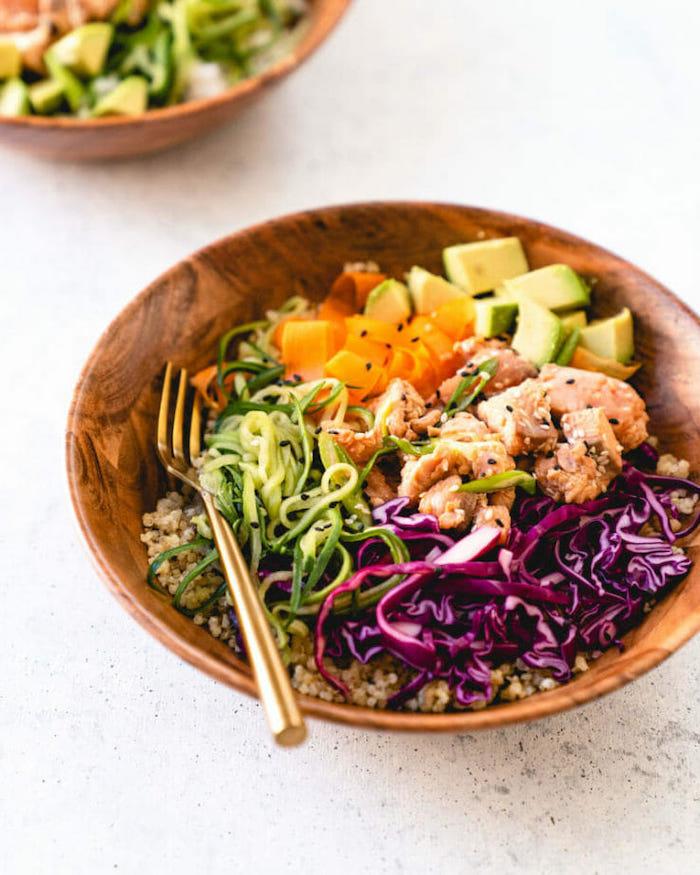 ideas para cenas saludables, ensalada de quinoa, col roja, trozos de pollo, zanahorias, aguacate, recetas fáciles