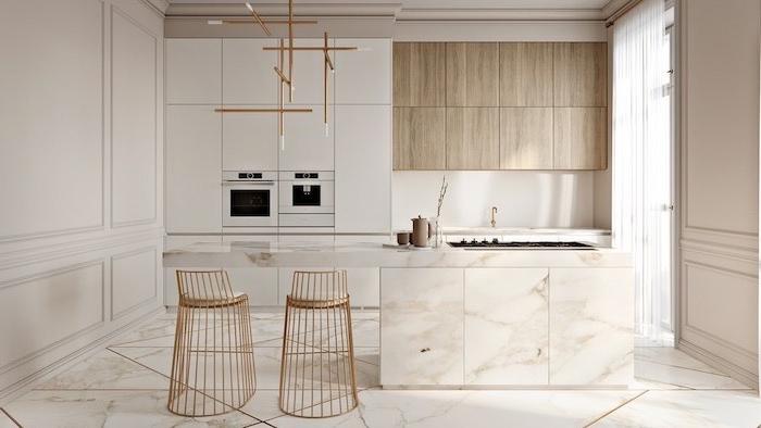 grande cocina decorada en blanco con suelo y muebles en mármol, sillas altas de diseño en dorado, cocina americana moderna