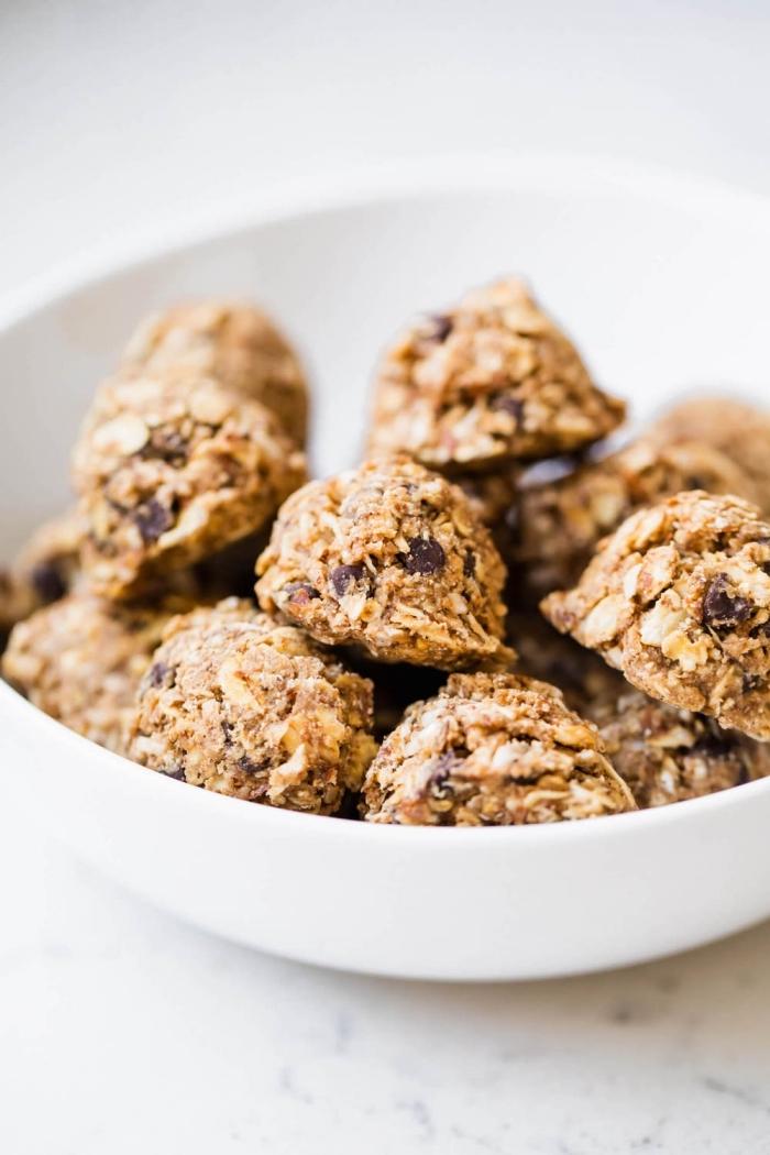 bolas energéticas con cereales y chispas de chocolate, trufas caseras saludables, como hacer trufas nutritivas paso a paso