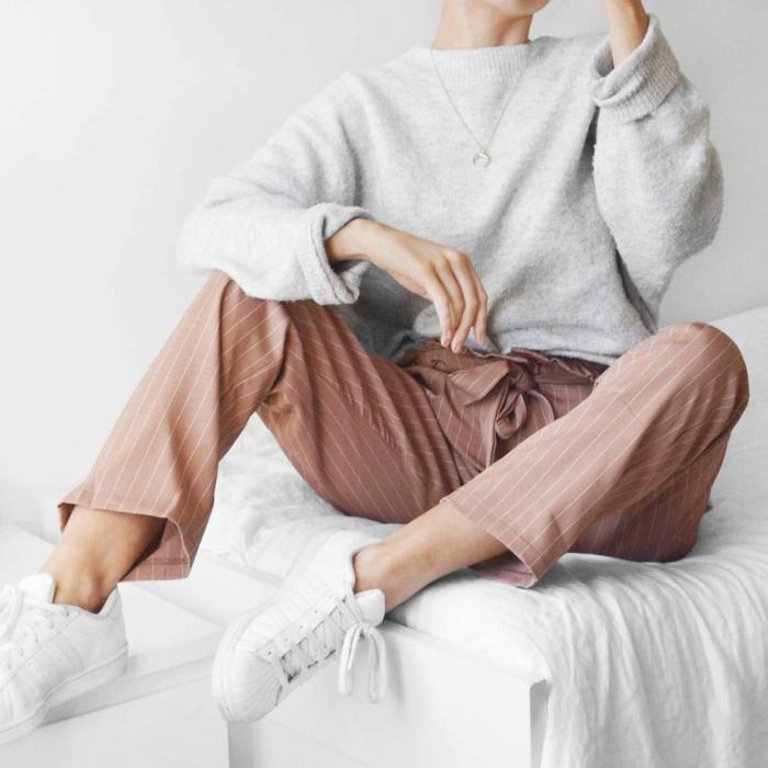 ideas de combinaciones de colores clásicas, como combinar el gris, pantalones en rayas color beige y jersey color gris claro