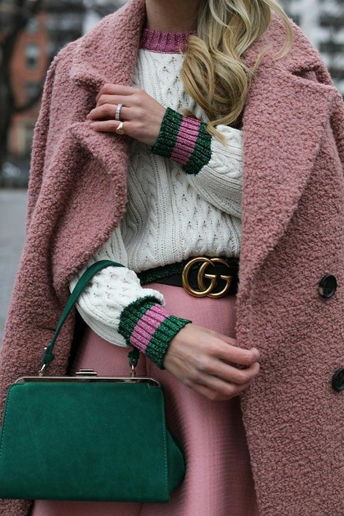 ideas de prendas en colores modernos, como combinar colores paso a paso, abrigo en color rosado con jersey blanco y bolso de terciopelo color verde