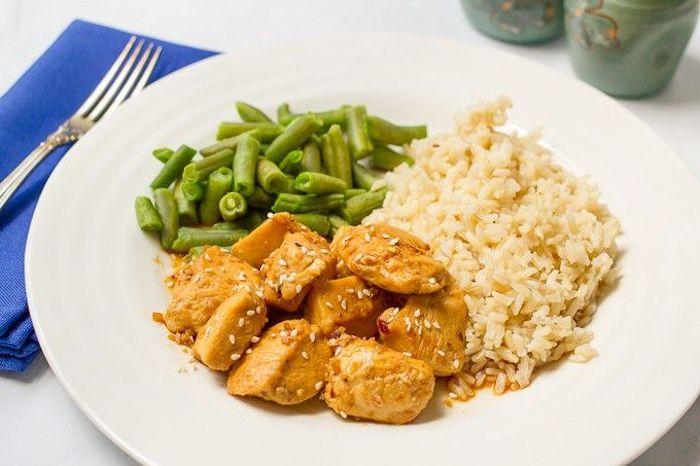 frijoles verdes, trozos de pollo fritos con semillas de sésame y arroz blanco, fotos de comidas, cenas rapidas