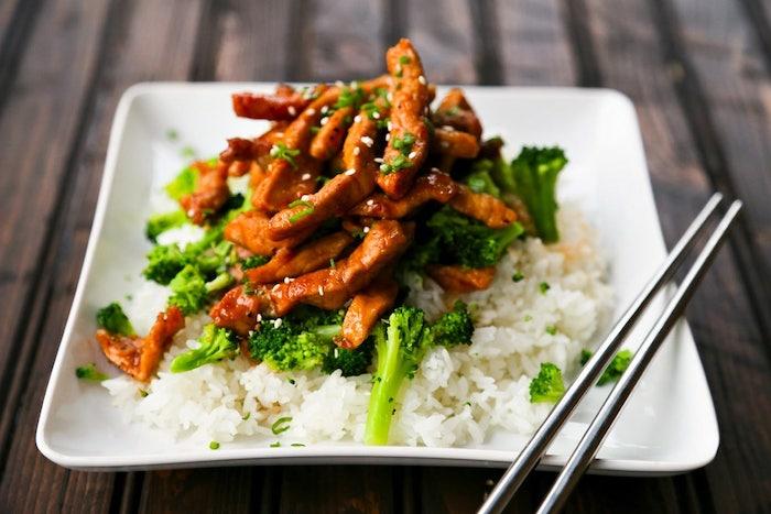 pollo con arroz y brócoli en salsa agridulce, recetas sencillas y rápidas para hacer en 30 minutos, fotos con recetas