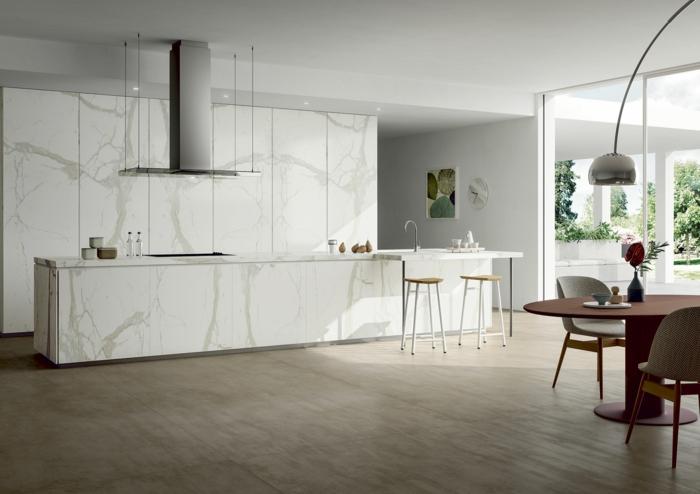 cocinas con barra blancas, grande cocina con comedor, armarios en color blanco imitación de mármol, fotos de cocinas modernas