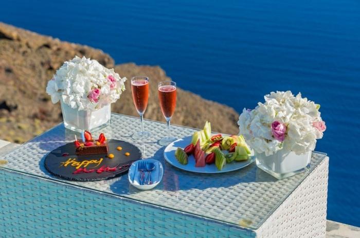 sorpresas para tu suegra, sorpresas originales para tu madre o suegra, cena con bonita vista al mar, como organizar una sorpresa de cumpleaños