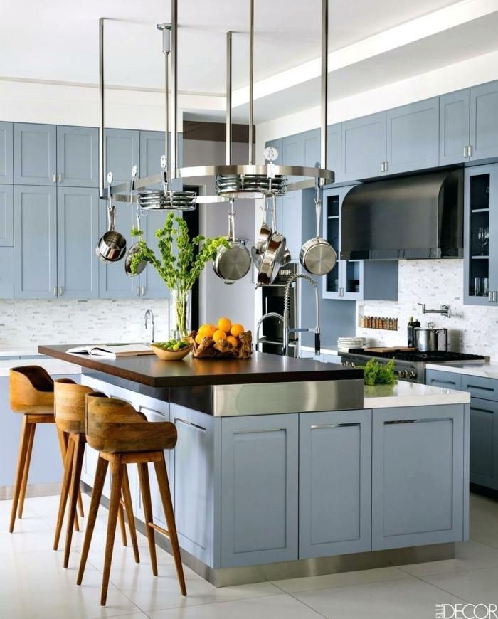 cocina en colores modernas, cocina decorada en blanco y azul con grande barra en el centro, cocinas con barra modernas