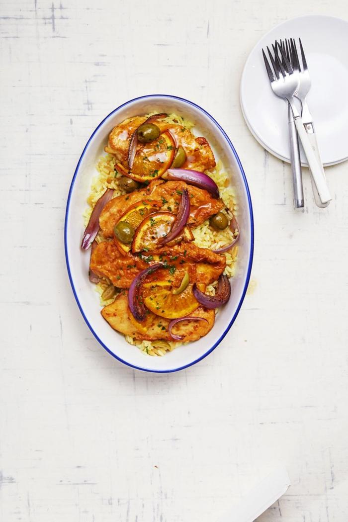 pollo con naranja, aceitunas verdes y cebolla roja, ideas de recetas originales para preparar pollo con arroz