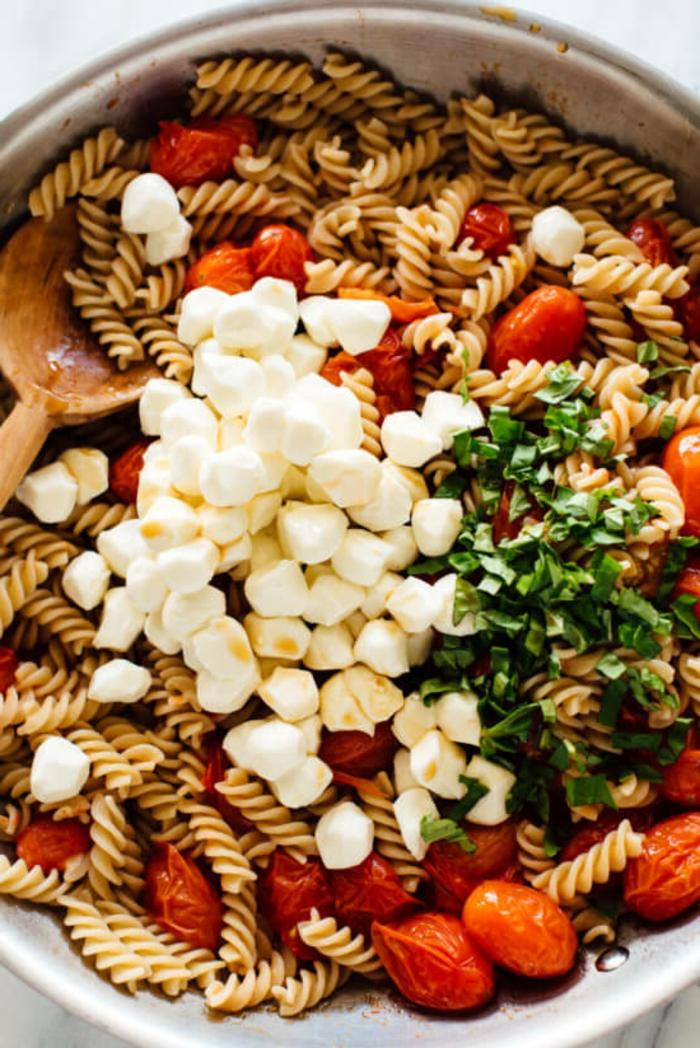 ideas de platos sencillos y saludables para preparar en casa, ensalada con pasta, queso mozzarella y tomates uva