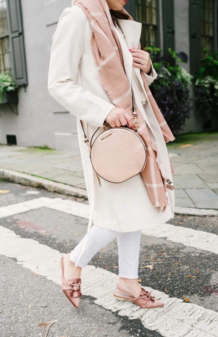 como combinar los colores pastel, outfit moderno en blanco y rosado, ideas para combinar colores en fotos, abrigo blanco