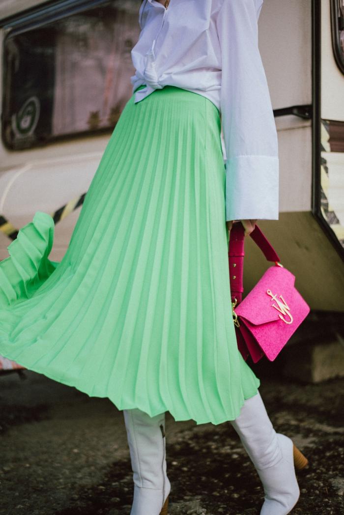 colores que combinan con verde, ideas de prendas modernas, colores de moda para mujer, falda midi color verde combinada con blanco y rosado