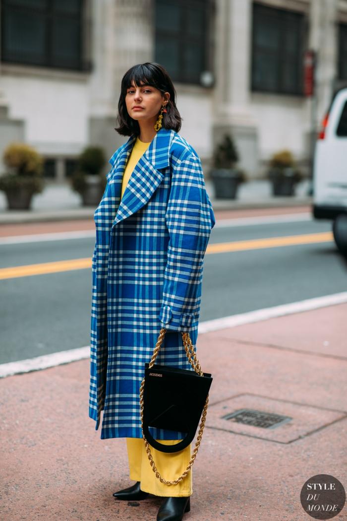 colores que combinan con amarillo, abrigo maxy en azul y blanco y outfit en color amarillo, variedades del color amarillo