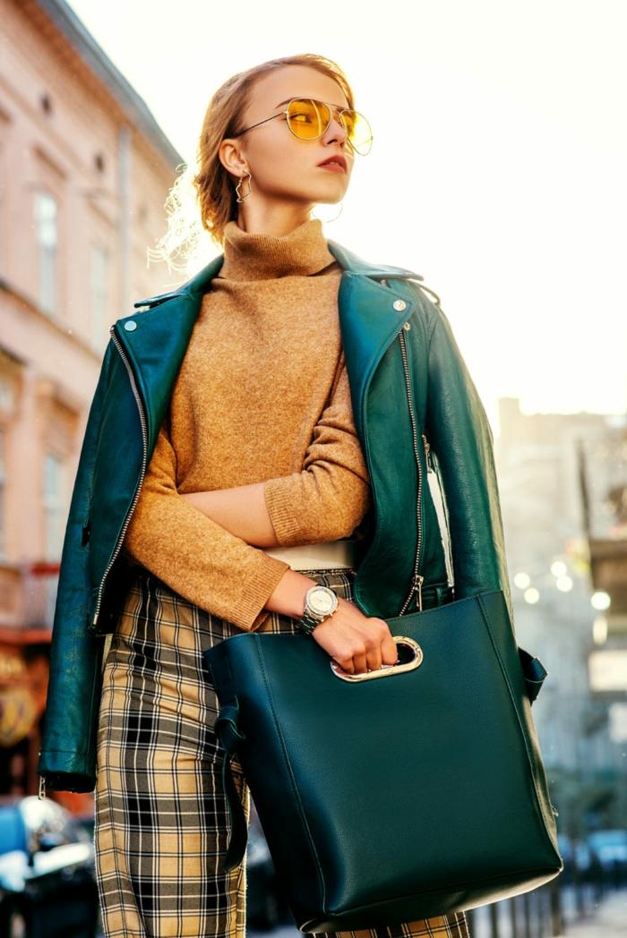 las mejores ideas sobre cómo combinar colores, pantalón estampado de cuadros, bolso verde grande, jersey color ocre y chaqueta de cuero