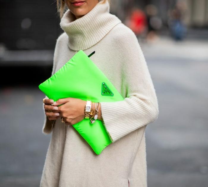 ideas de colores que pegan con el verde neón, jersey maxy en color blanco combinado con bonito bolso en color verde neón