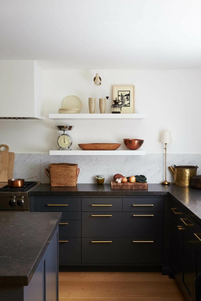 cocinas con barra modernas, cocina blanca con muebles en color negro, barra multifuncional en la cocina, suelo de parquet