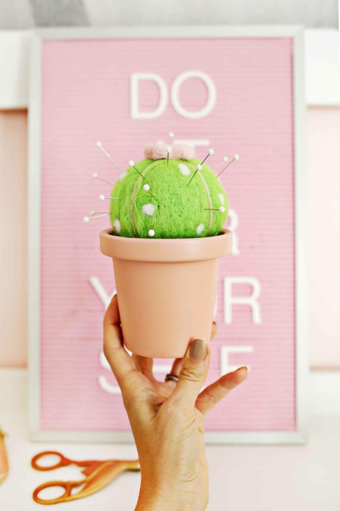 excelentes ideas de regalos originales para abuelas, regalos para sorprender a tu abuela, alfiletero DIY en forma de cactus