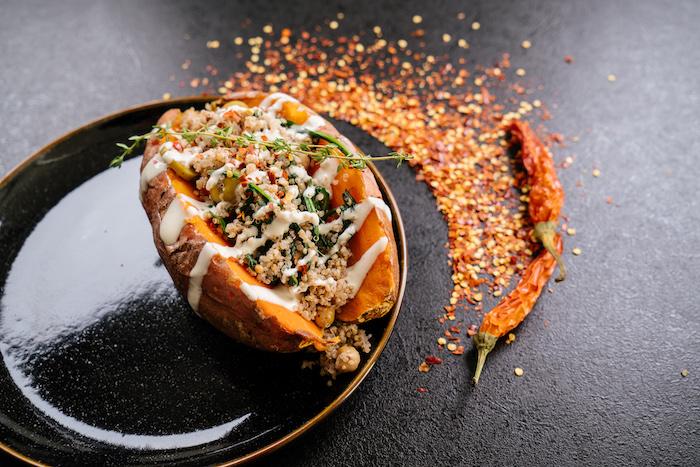 batatas ricas rellenas con quinoa y chile, recetas ligeras y saludables con batatas, cenas rapidas y faciles