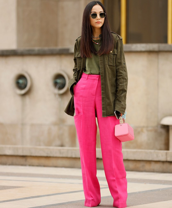 combinar colores modernos en un outfit, pantalón en rosado vibrante combinado con blusa y chaqueta color verde apagado