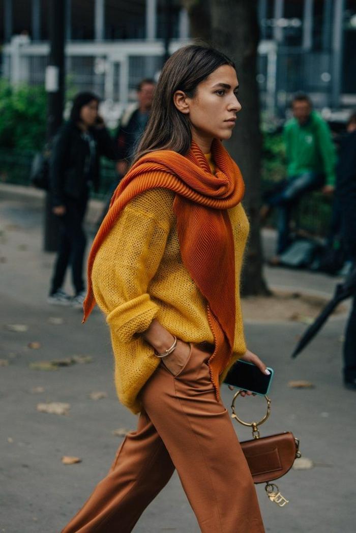 originales ideas de prendas en colores para el otoño, combinar colores paso a paso, jersey color amarillo, pantalon ocre y bufanda color naranja