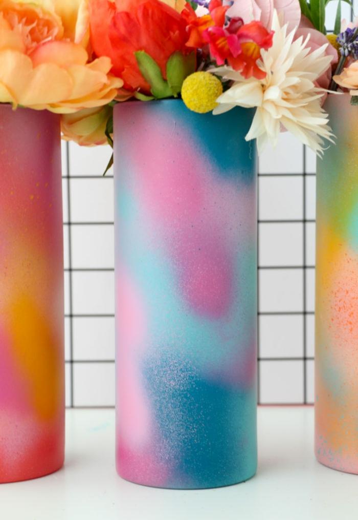 floreros pintados en colores vibrantes, ideas sobre que regalar a una suegra, regalos personalizados caseros