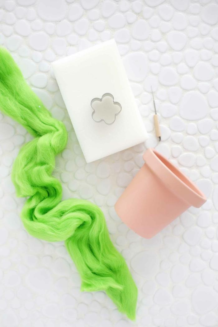 materiales necesarios para hacer un alfiletero casero, regalos para abuelas hechos a mano paso a paso, hilo color verde, maceta