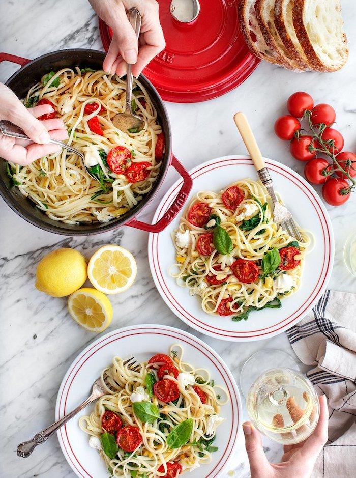 pasta vegetariana con queso mozzarella y tomates uva, pasta casera vegetariana, ideas de cenas rápidas y fáciles