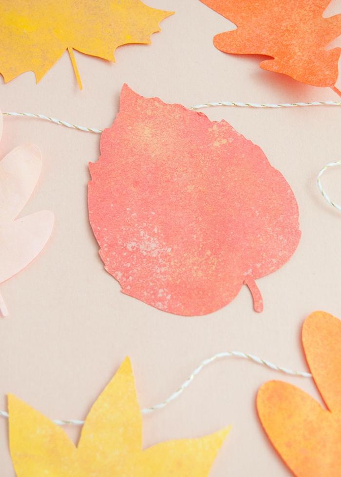 como hacer bonitas hojas de otoño para decorar las paredes de tu casa, manualidades para decorar el hogar en fotos