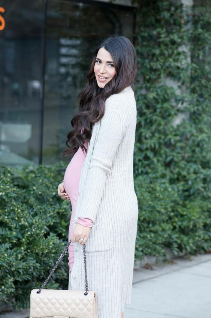 blanco y rosado outfit moderno, combinaciones de colores claros, chaleco largo color blanco y vestido en rosado claro combinados con bolso color beige