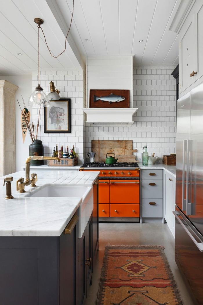 cocina en blanco y gris con detalles en tonos llamativos, ideas sobre como montar una barra grande en una cocina pequeña