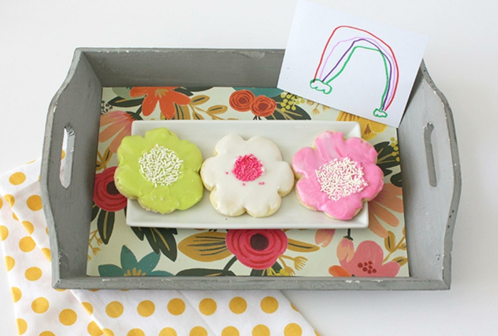 bandeja DIY con galletas caseras en forma de flores y dibujo infantil, ideas sobre que regalar a una abuela en fotos