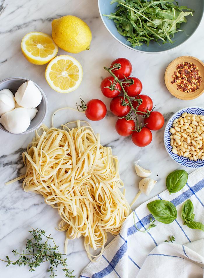 cenas rápidas y fáciles paso a paso, ingredientes para pasta vegetariana, limones, pasta, queso mozzarella, tomates uva, albahacas