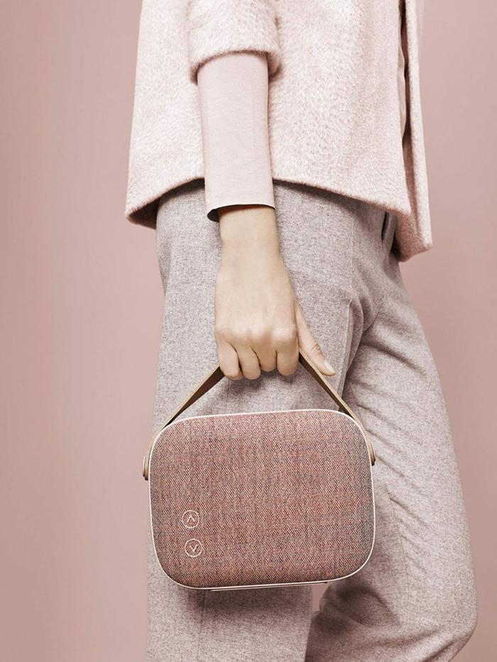 bolso elegante en color rosado, bolso para viajes en avion, ideas de regalos originales para amigas en imagenes
