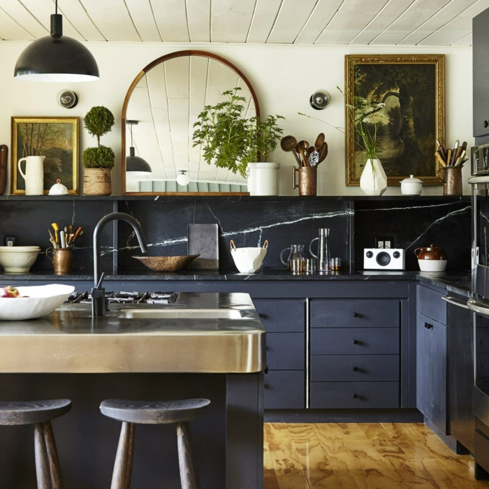 armarios pintados en color azul oscuro, cocina decorada en estilo vintage, espejo de época con marco de dorado, pinturas vintage
