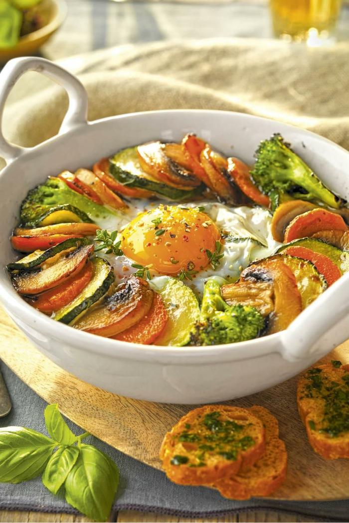 caserola con huevos, calabacines, champiñones, brocoli y zanahorias, ideas de platos para cenar en familia