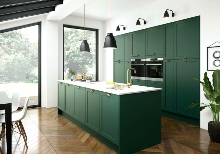 cocina en blanco y verde, techo abuhardillado con vigas, suelo de parquet, ideas sobre como decorar una cocina americana