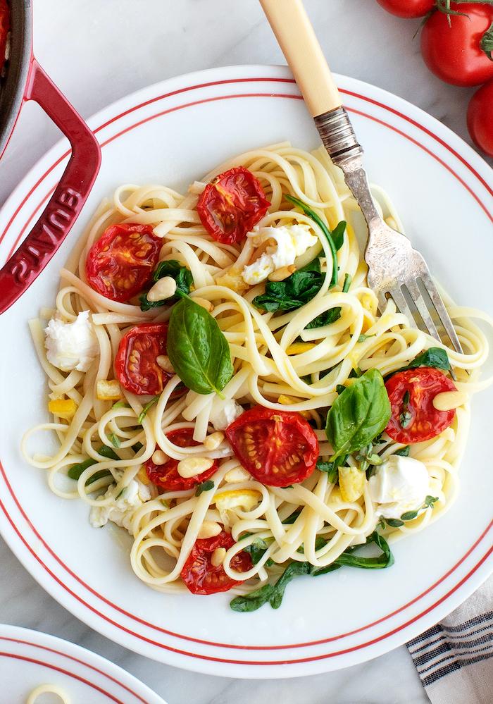 pasta casera vegetariana, pasta Caprese con tomates uva, albahaca y queso mozzarella, cenas rápidas y fáciles