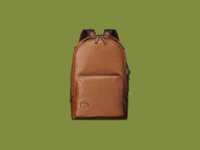 mochila de cuero para viajes, detalles para ir de excursion, fantasticas ideas de regalos temáticos para tus amigos