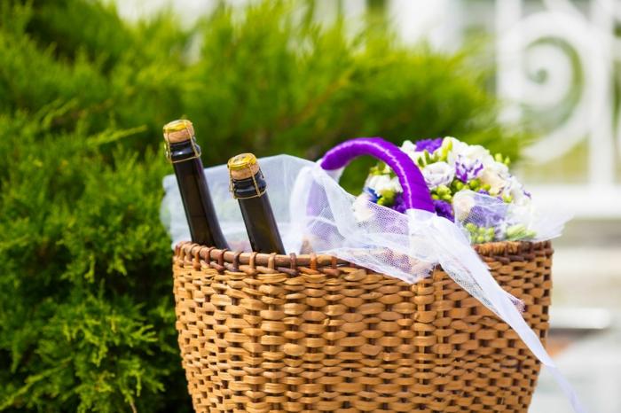 cesta sorpresa para regalar a tu suegra, botellas de champán y flores, regalos para soprender a tu gente querida
