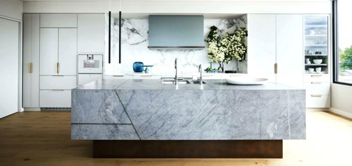 grande barra de mármol en la cocina, suelo de parquet y paredes en blanco, cocinas completas decoradas con mucho estilo