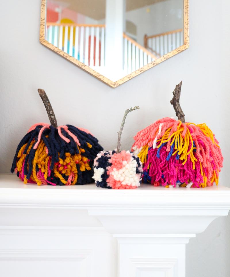 calabazas coloridas hechas de hilo, manualidades otoño originales para decorar la casa, decoración DIY