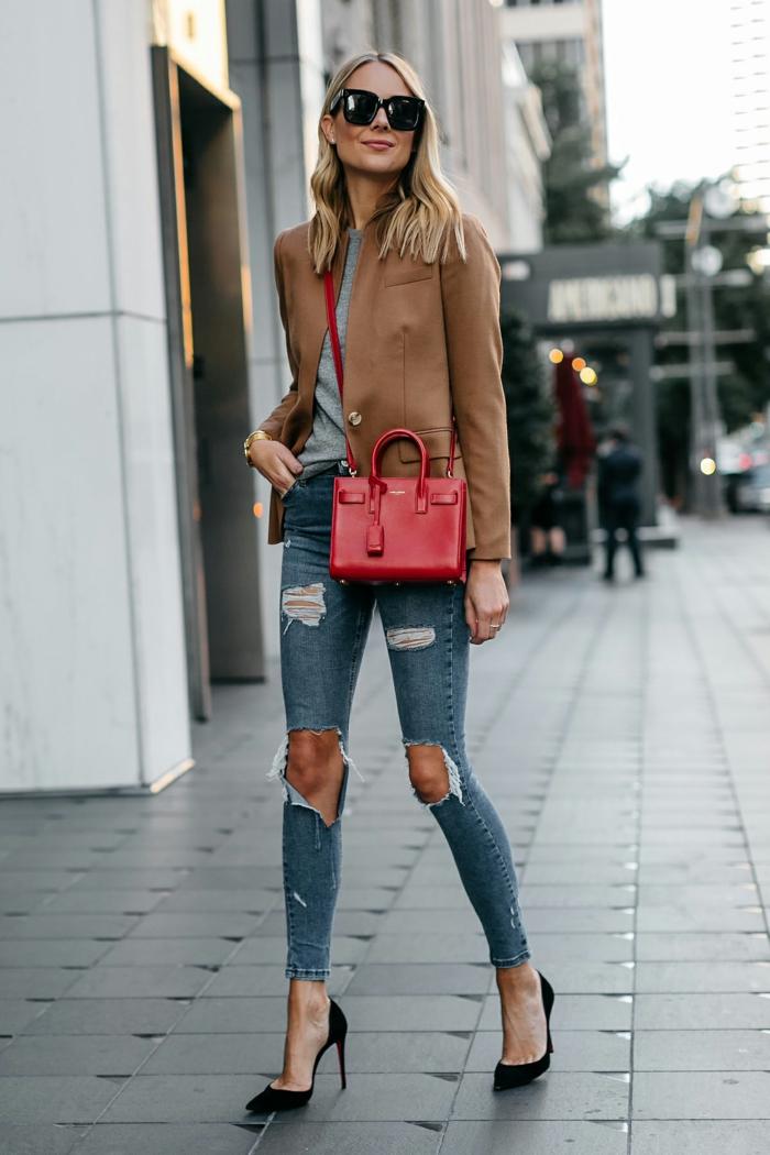 prendas para crear un look casual, vaqueros pitillo color claro combinados con tacones altos negros y chaqueta de cuero en color beige