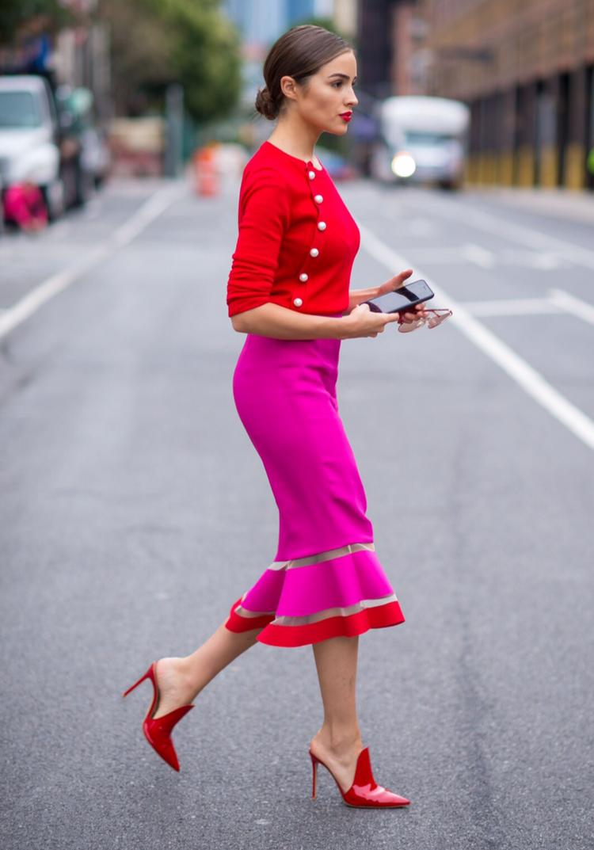 cuáles son las top tendencias en combinaciones de ropa que reinarán en 2020, outfit moderno en rosado brillante y rojo fuego