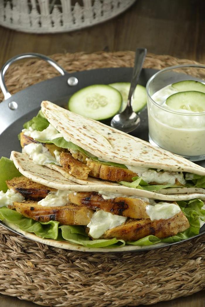 tortillas con pollo, salsa de yogur, lechuga y pepinos, recetas faciles para cenas, platos para compartir con amigos