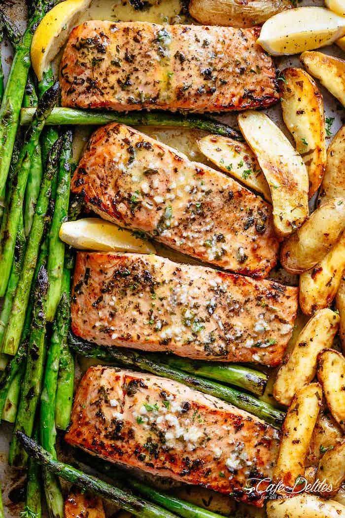 salmón con papas y espárragos en el horno, recetas de salmón sabrosas, salmón con ajo y romero, recetas faciles para cenar