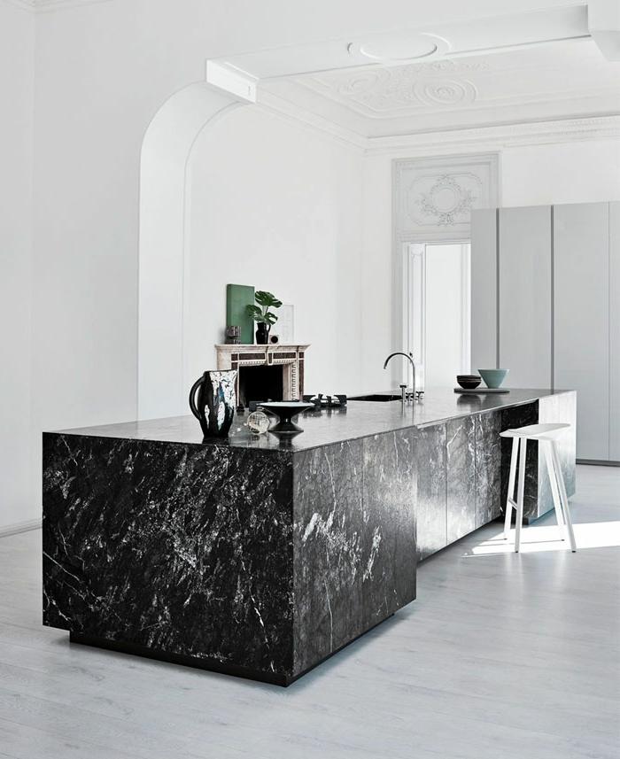 barra americana cocina, preciosa barra de mármol negro, suelo en color gris claro, paredes blancas y detalles en estilo vintage